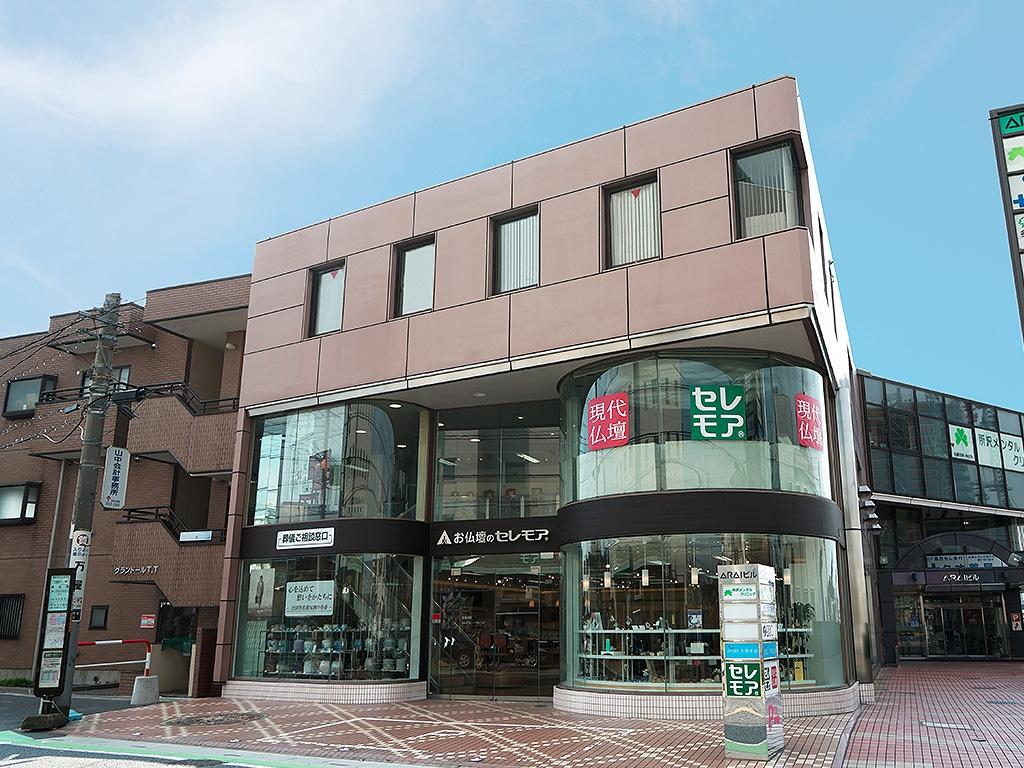 西武線所沢駅から徒歩圏の駐車場を完備した店舗外観