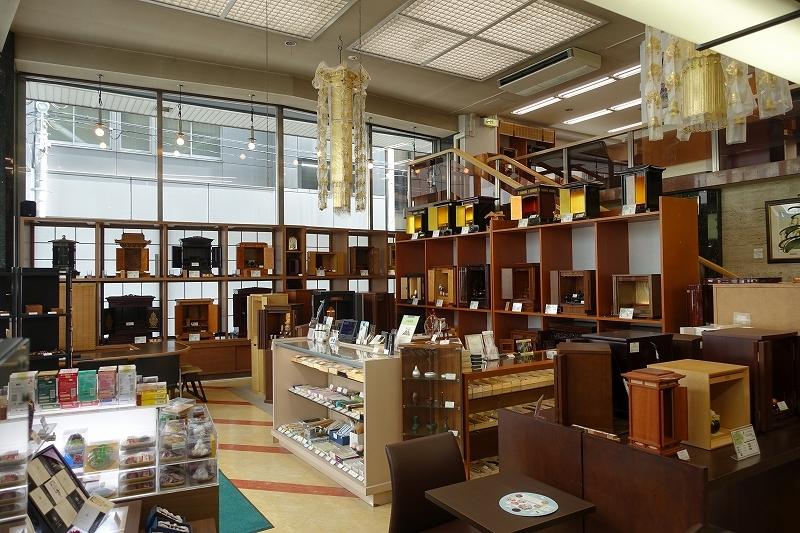 銀座本店ショールームには常時160点以上のお仏壇を展示