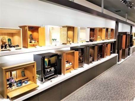 ゆとりあるワンフロアの店内にモダンな仏壇や伝統の和調仏壇まで多数展示