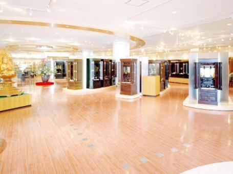 300本以上のお仏壇が並ぶデパートのようなワンフロアの店内
