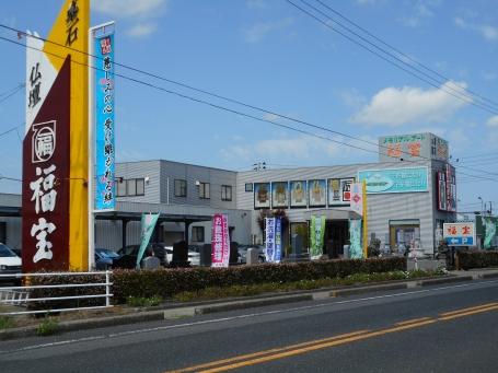 国道8号線沿いにある店舗は大きな看板が目印