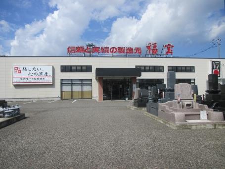 新潟市東区にある店舗はたくさんの墓石が目印