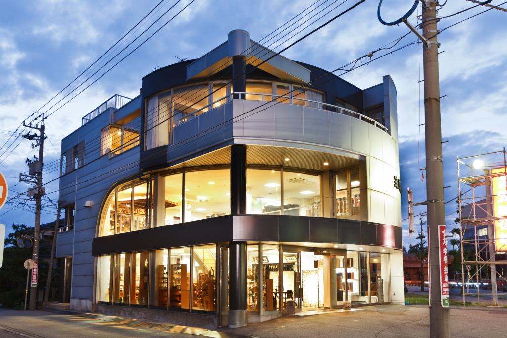 シルバーの3階建て店舗