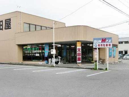 伊那市西春近にある広い駐車場を完備した店舗外観