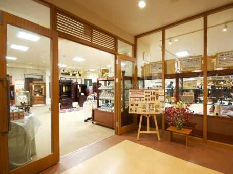JR相模原駅から徒歩10分の「相模原会館」1階にある店舗入り口