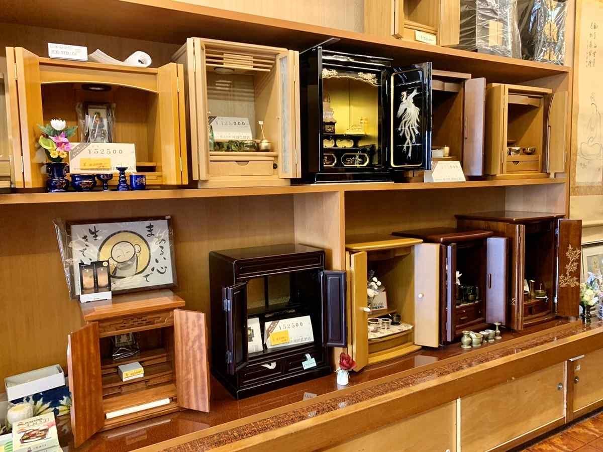 小さな家具調仏壇が種類豊富に展示されています