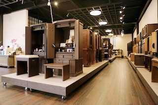 家具調仏壇を中心に台付きから上置き型まで種類豊富に展示