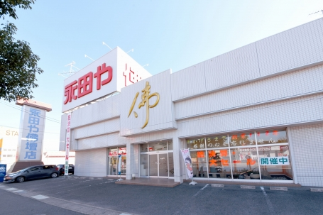 県道304号線に面した店舗は大きな看板が目印