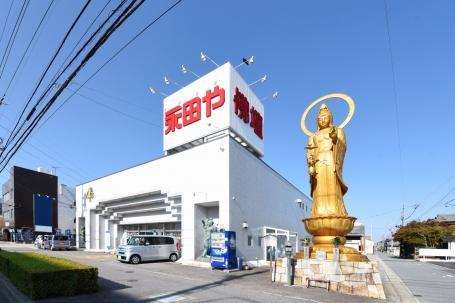 大きな観音像が目印の県道310号線に面した店舗外観