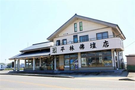 県道239号線沿いの店舗は広い駐車場を完備