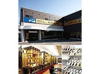 下津交差点角にある店舗外観と金仏壇や数珠が展示された店内