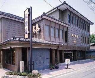 県道207号線沿いにある店舗外観