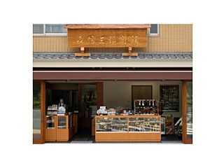 数珠や小物が並び入りやすい雰囲気の店舗入り口