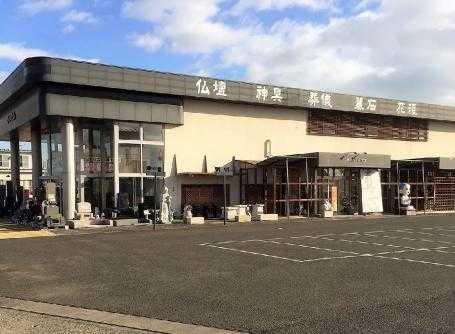 国道4号線沿いにある店舗は広い駐車場を完備