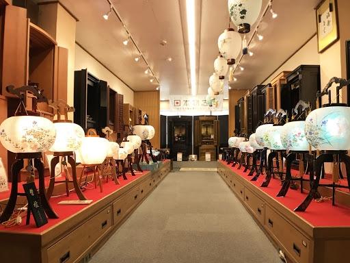 盆提灯も展示された重厚な大型の金仏壇コーナー