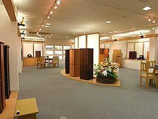 様々なデザイン・サイズの現代仏壇が並ぶ明るい店内