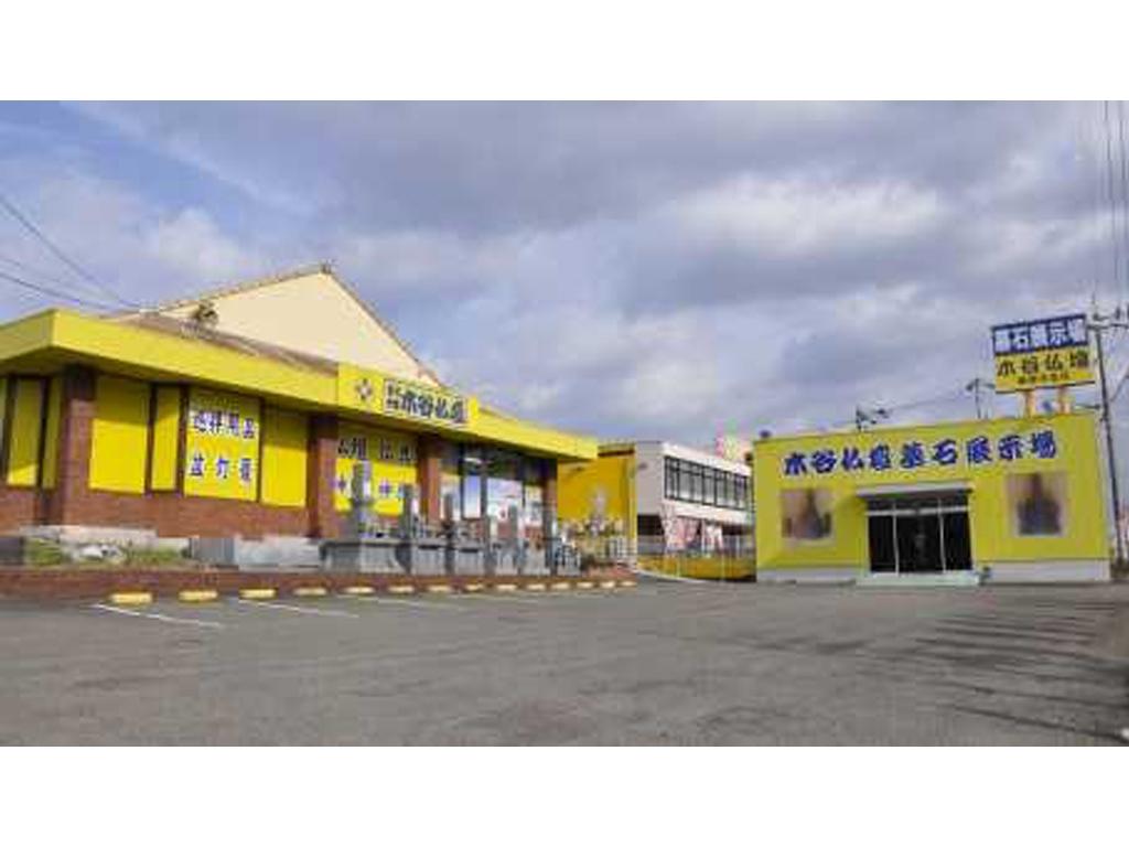 広い駐車場を完備した国道11号線沿いの店舗外観