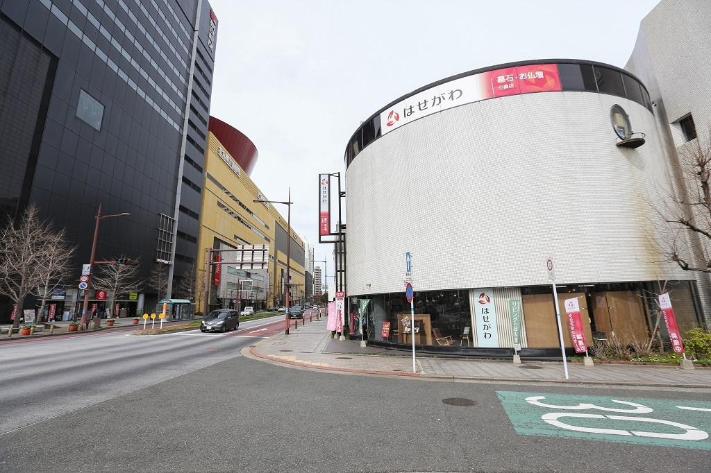 リバーウォーク北九州の前の円いビルが店舗です