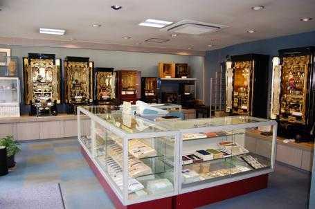 荘厳な雰囲気の金仏壇からコンパクトな上置き仏壇までご用意