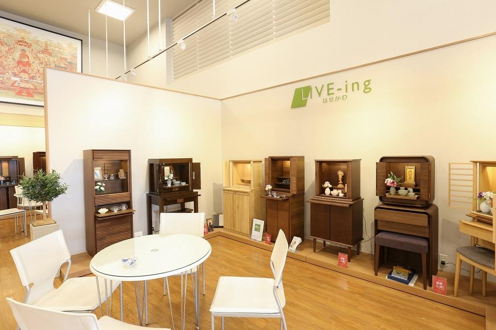 インテリアで人気のカリモク家具とのコラボ商品を展示したコーナー