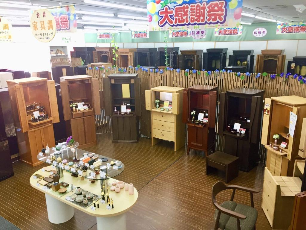 モダンなデザインの家具調仏壇に合うおしゃれな仏具も多数展示