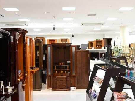 お手頃な価格帯から高級品まで常時110本以上のお仏壇を展示