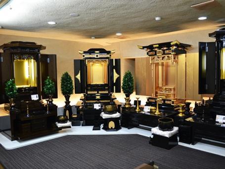 常時80本以上のお仏壇が並ぶ開放的な店内