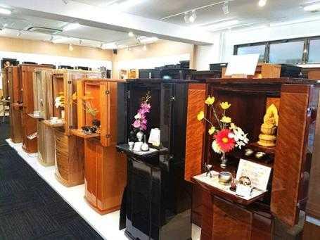 地域最大級のお仏壇展示数を誇る広々とした店内