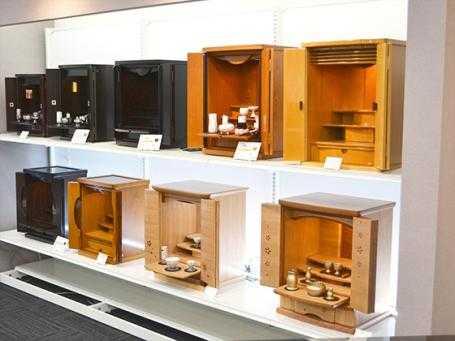 堺市にある金宝堂の店舗では小型のミニ仏壇も多種多様に取り扱っています