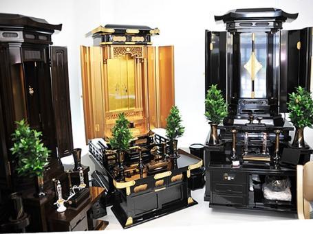 人気のある家具調仏壇も多数展示しています