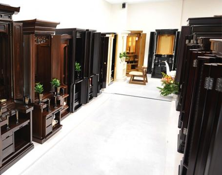 人気の家具調仏壇など種類豊富なお仏壇が展示された店内