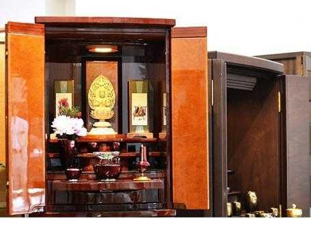 シックな家具調仏壇は仏具や小物と合わせた飾り方もご提案しています