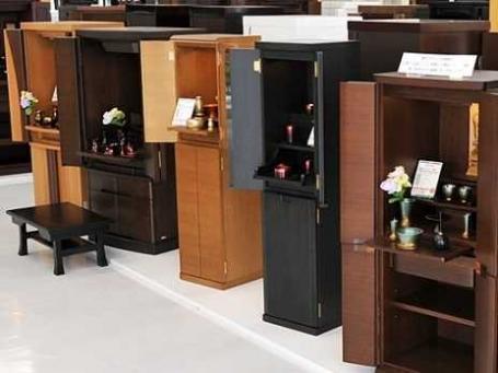モダンな家具調仏壇など常時150本以上のお仏壇を展示しています