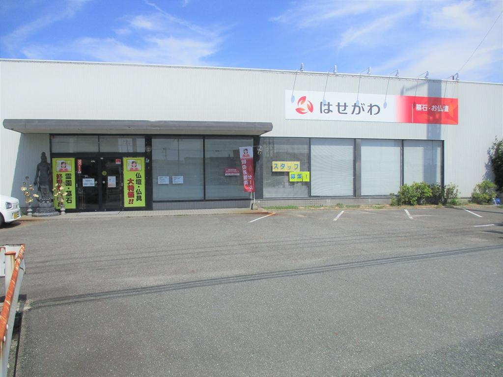 駐車場が完備された店舗の外観